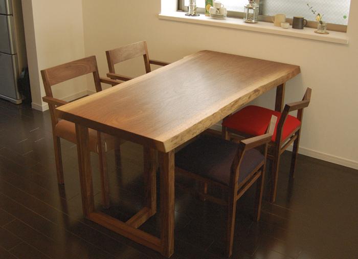 オーダー家具、無垢テーブルの、アメリカンブラックウォールナット材一枚板天板のダイニングテーブルと、ピコチェアをご納品させていただいた様子の画像です