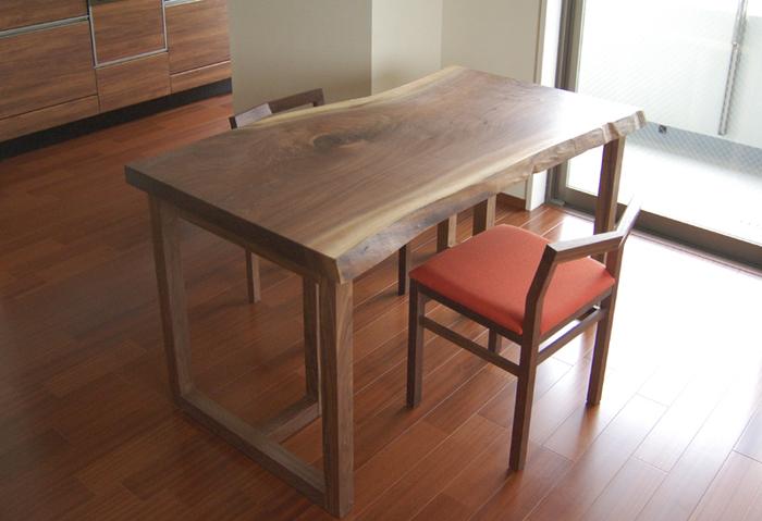 アメリカンブラックウォールナット材一枚板天板、ダイニングテーブルをご納品した様子の画像です