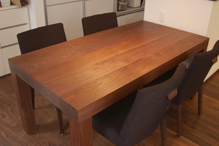 ウォールナット材テーブルを、アッツテーブルのデザインで製作してご納品した様子です