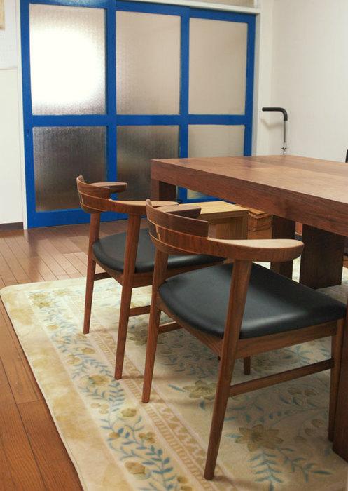 無垢テーブルに合わせて、椅子もウォールナット材でご納品した様子です