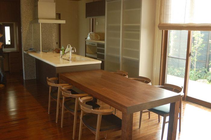 キッチンの奥行きに合わせた大きな無垢テーブル、ご納品の様子です