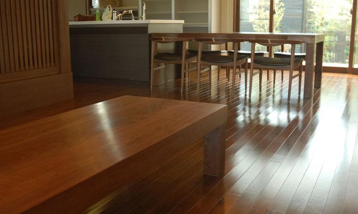 同じデザインのウォールナットテーブルを2台、ご納品した様子です