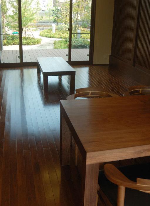 ウォールナットテーブルを、アッツテーブルで2台製作してご納品した様子です