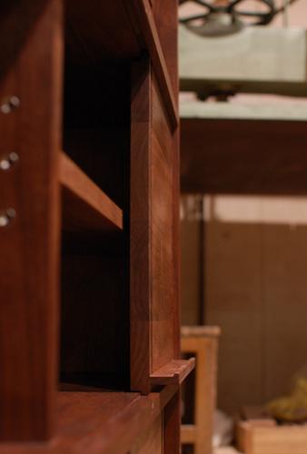 無垢オーダー家具/絵本を飾れるスライドする引き戸を横から見たところ画像