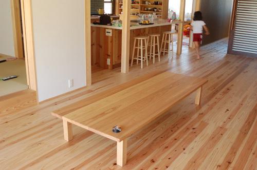 タモ材で製作したスタンダードテーブル、ロータイプご納品の様子
