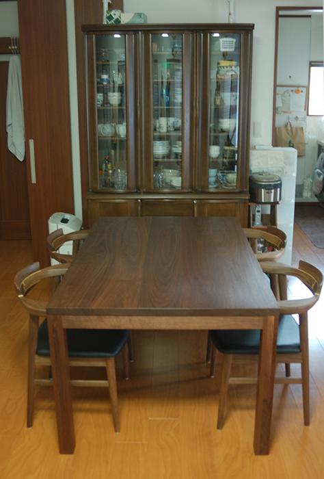 無垢オーダーテーブル、ウォールナット材のスタンダードテーブル・タイプ2と亜和座チェアのご納品の様子