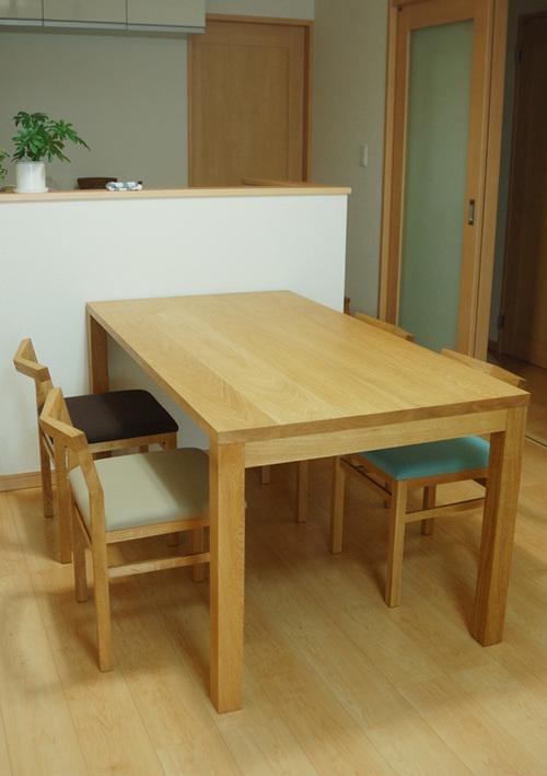 無垢オーダーテーブルのスタンダードテーブル・タイプ2と、ピコチェアを合わせたダイニングテーブルセット、ご納品の様子