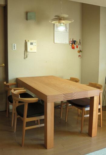 無垢オーダー家具のアッツテーブルと亜和座チェアを合わせてご納品した様子