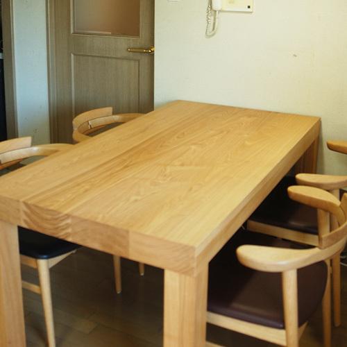 90mmあるアッツテーブルの木口年輪の様子と、天板の木目の様子