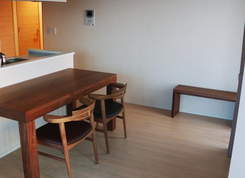 無垢オーダーテーブル/アメリカンブラックウォールナット材のアッツテーブルご納品の様子