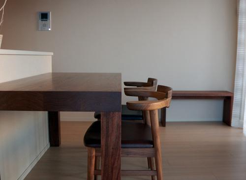 ウォールナットアッツテーブルを木口側からみたところ