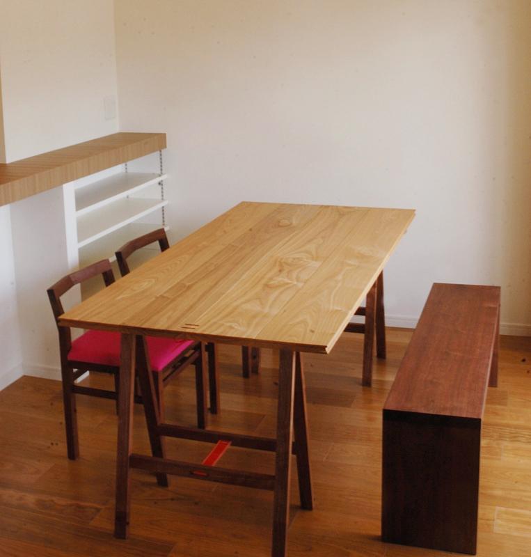 折りたたみ式無垢テーブルと椅子をご納品した様子