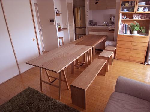 ナラ無垢3枚接ぎ天板のダイニングテーブルと、パタムテーブルを並べてお使いの際のご様子