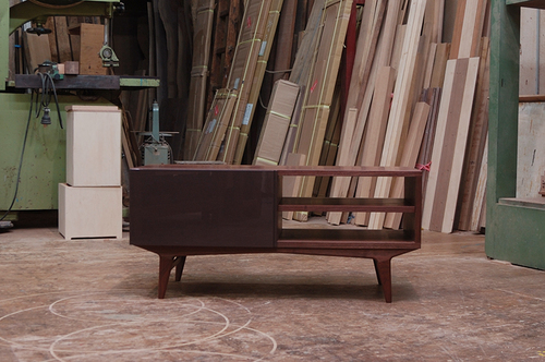 ウォールナット材で製作した木製のテレビボード、TONE AVボード