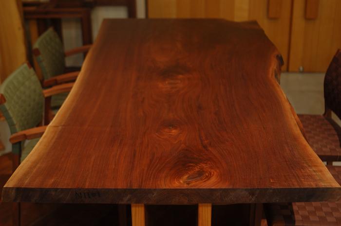 ひと際大きく生き生きとした木目が魅力的なウォールナット一枚板天板です