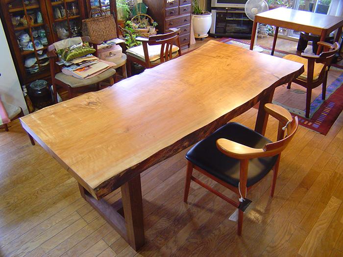 ウォールナット材フレキシブルレッグスを合わせた本桜一枚板天板ダイニングテーブル ご納品の様子です