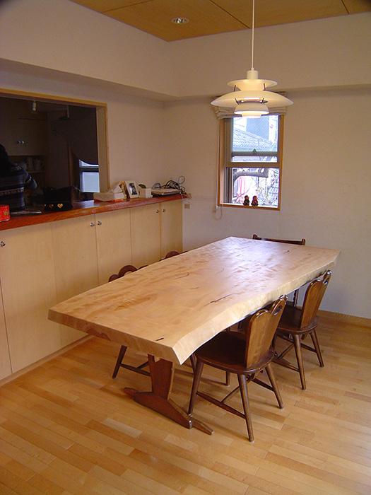 トチ一枚板天板ダイニングテーブルをご納品した様子です