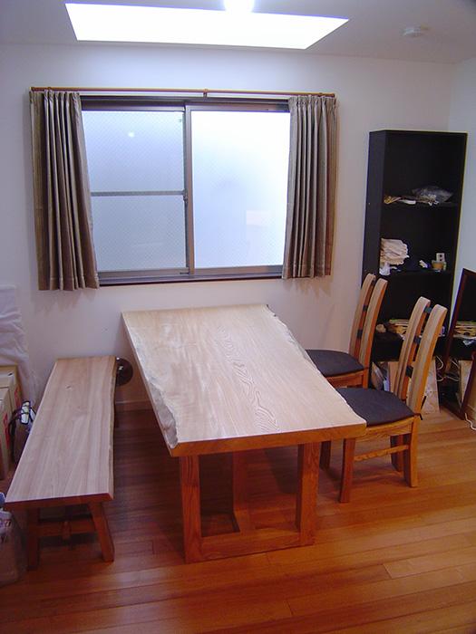 樹齢400年を超えるセン一枚板天板のダイニングテーブルをご納品した様子です