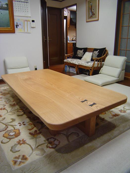 タモミミ付き天板の耳をカットして仕上げたローテーブル、ご納品の様子です