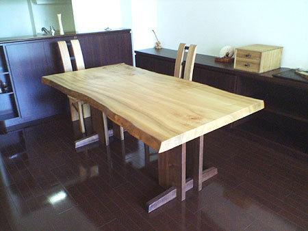クス一枚板天板にウォールナット材のHタイプレッグスを合わせた、ダイニングテーブルご納品の様子です
