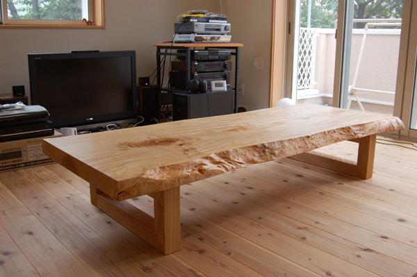 華やかに輝く杢の現れたトチ一枚板天板ローテーブル、ご納品の様子です