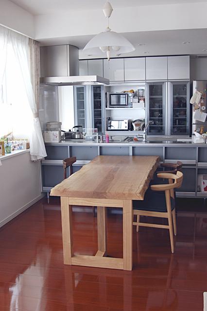 ナラ一枚板天板に亜和座チェアを合わせたダイニングテーブルセット、ご納品の様子です
