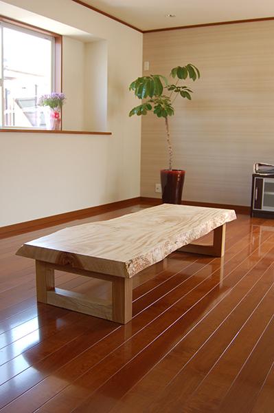 全体に白くキラキラと美しい杢が現れたトチ一枚板天板ローテーブル、ご納品の様子です
