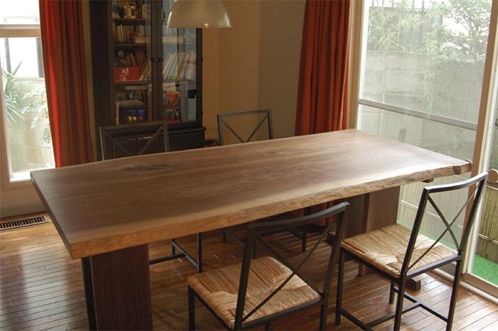 無垢オーダー家具、ウォールナット2枚剥ぎ合わせ天板のダイニングテーブル、ご納品の画像です