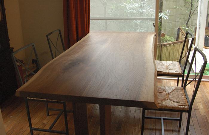 無垢オーダー家具、ご納品したウォールナット2枚剥ぎ合わせ天板のダイニングテーブル、木口側からの画像です