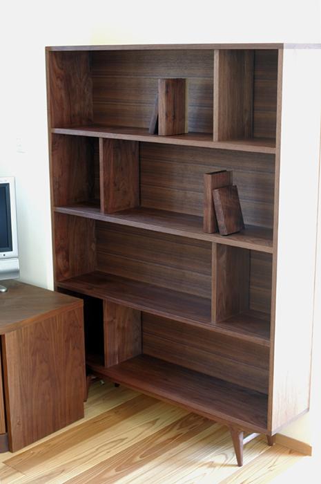 無垢家具、アメリカンブラックウォールナット材のTONEブックシェルフをオーダー製作させていたた画像です