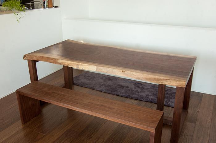 ウォールナット材で製作したベンチ、一枚板天板テーブルに合わせてご納品した様子です