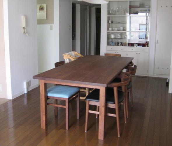 木製オーダーテーブル、アメリカンブラックウォールナット材スタンダードテーブルご納品の様子