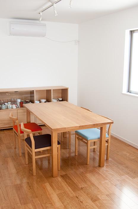 ナラ材で製作したスタンダードテーブルにピコチェアを合わせた、4人掛け、ダイニングテーブルセット ご納品の様子です