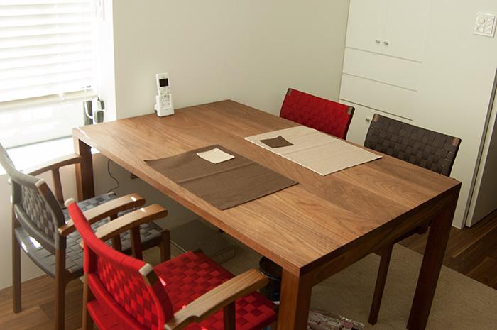 ウォールナット材、スタンダードテーブルタイプ2、4人掛けダイニングテーブルご納品の様子