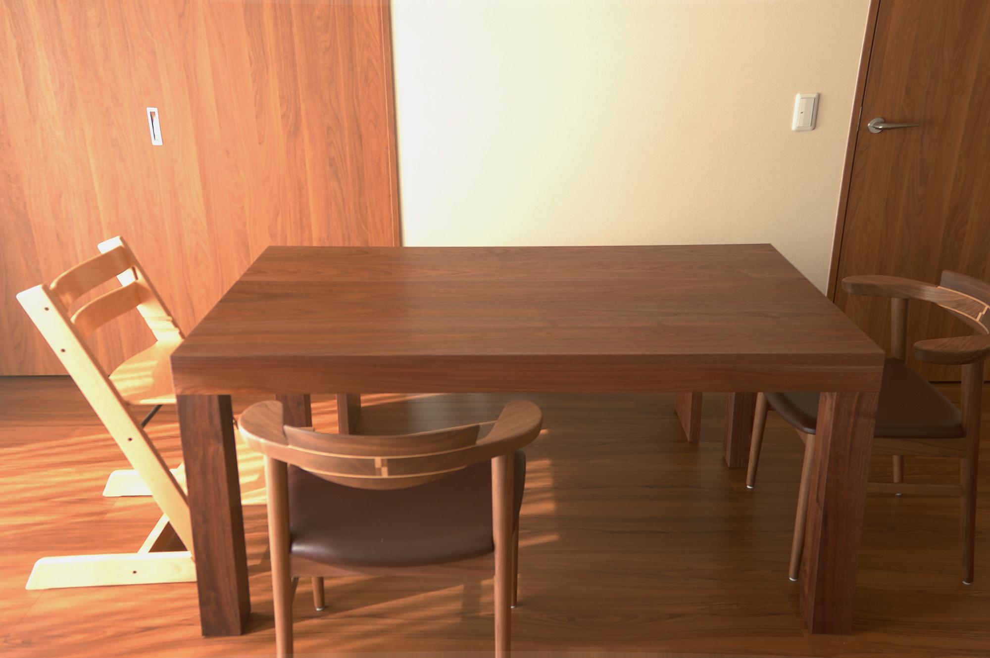 ご納品したウォールナット材のダイニングテーブルと同じくウォールナット材のベンチ
