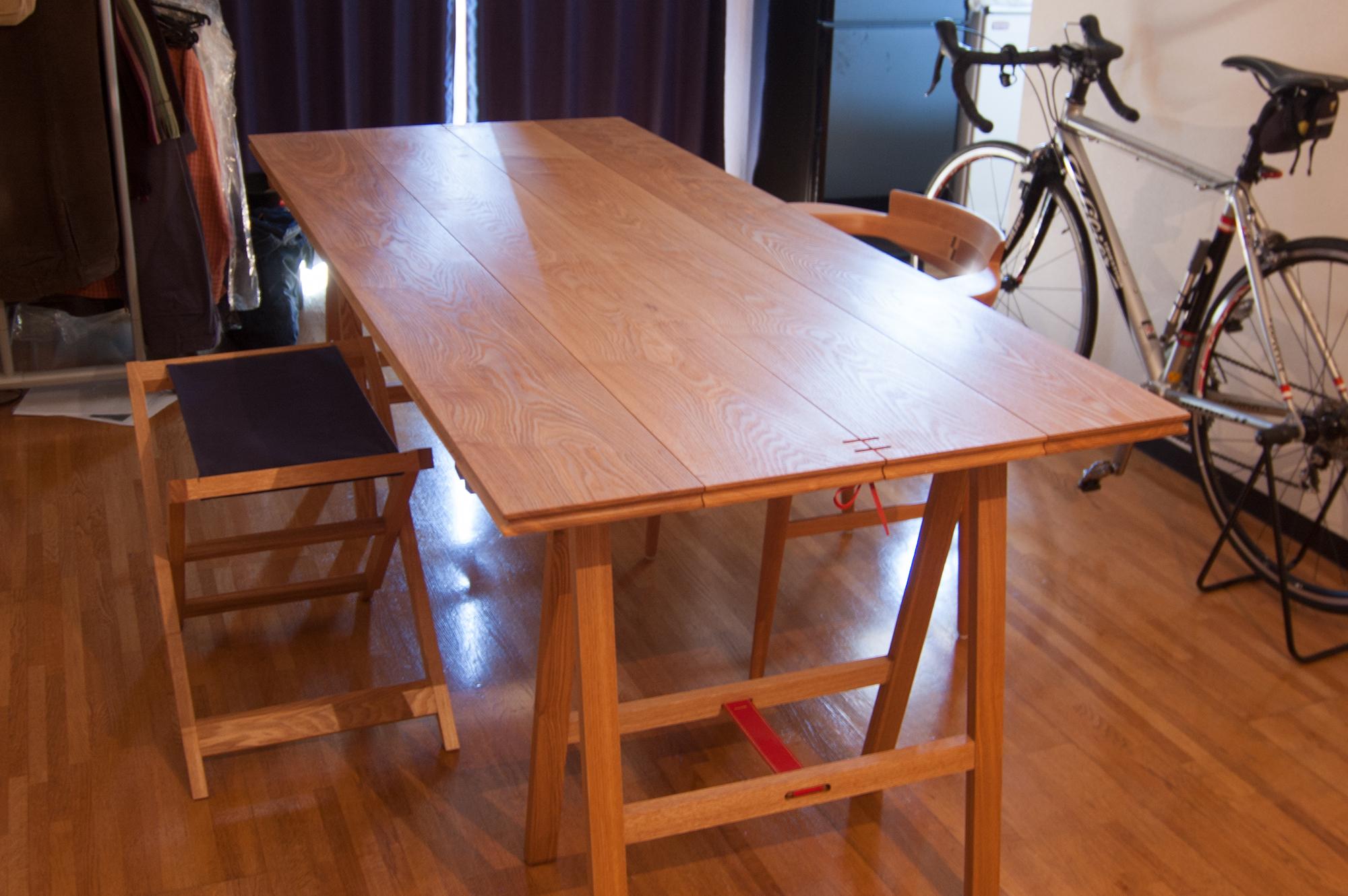 折りたたみテーブルとスツールのセット