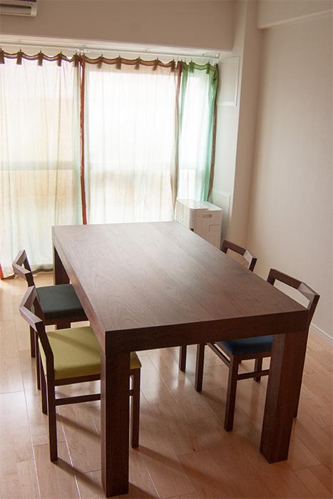 アッツテーブルとピコチェア4脚を合わせたダイニングテーブルセットご納品の様子です