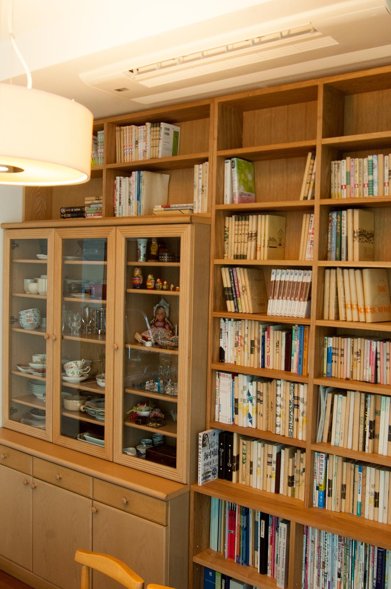 既存の食器棚に合わせて製作したTANA本棚