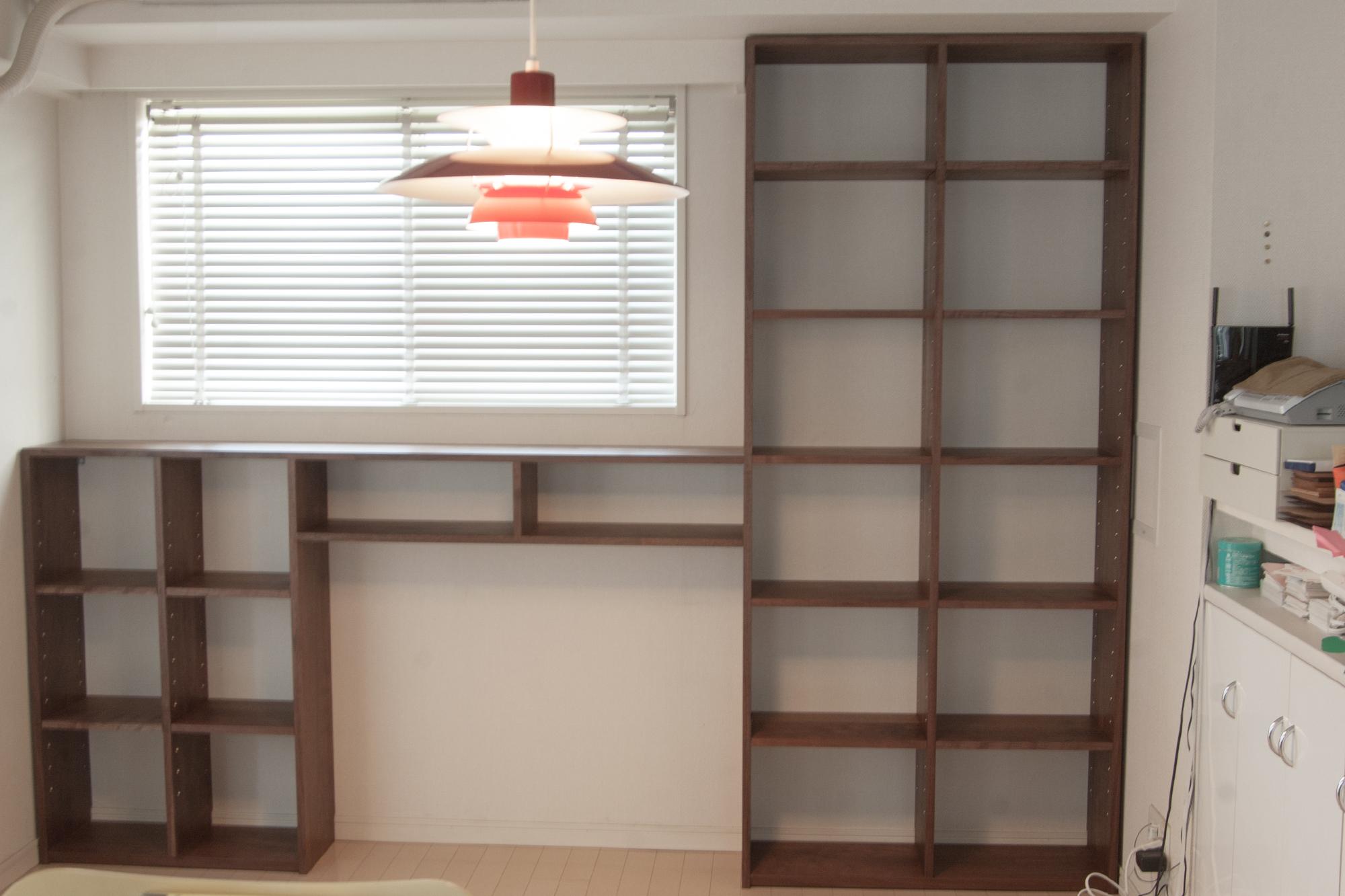 窓とテーブルの形に合わせて製作させて頂いたTANA本棚