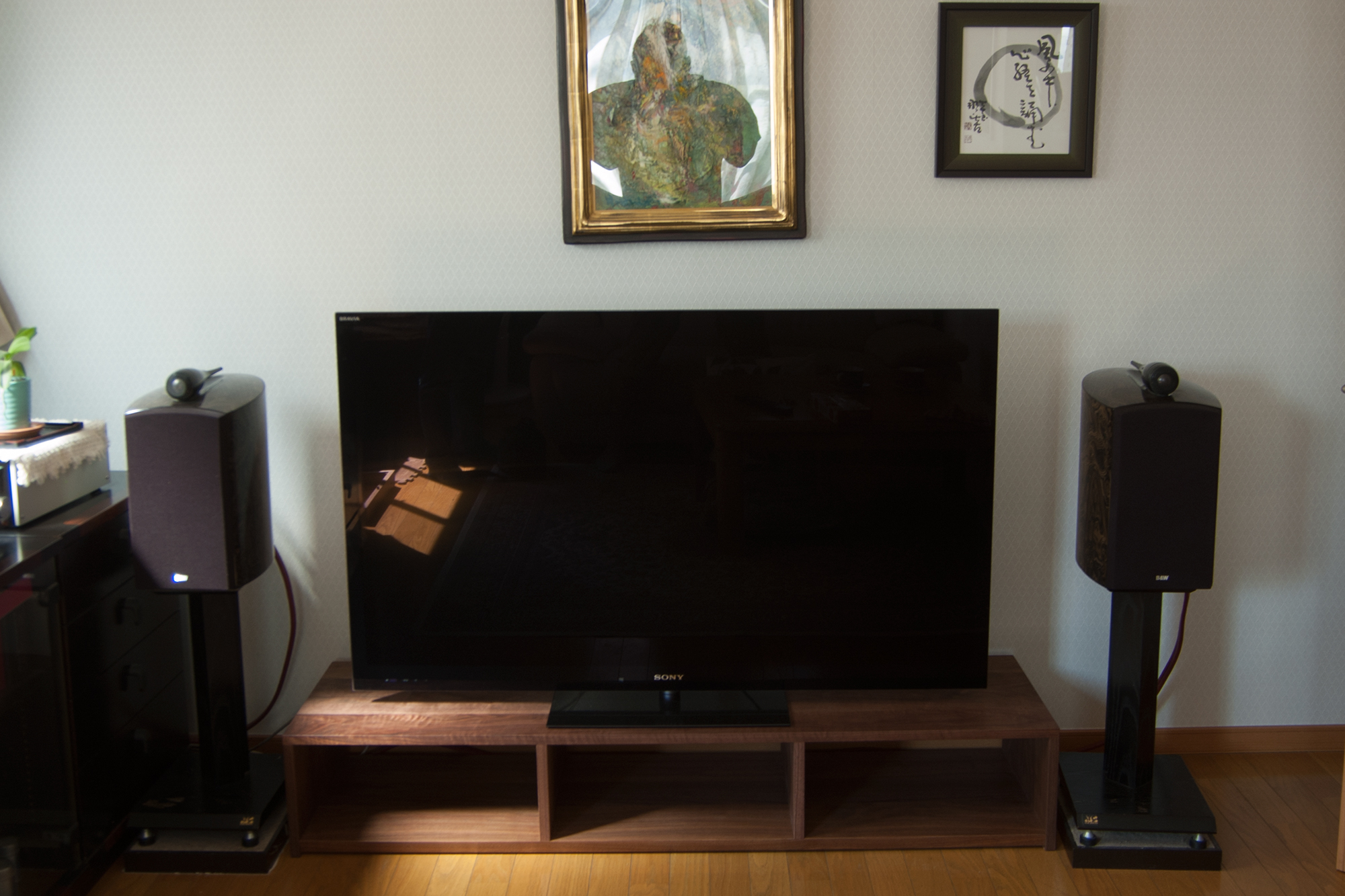 シンプルなTANAテレビボード ウォールナット材製