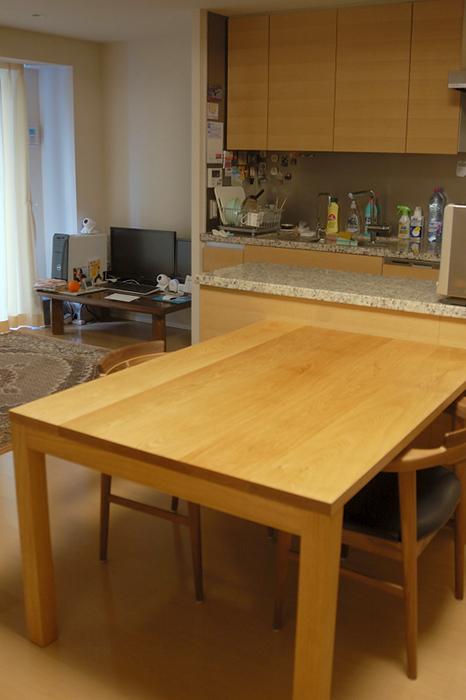 ナラ材らしい穏やかな木目が魅力の無垢テーブル、ご納品の様子