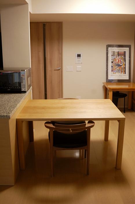 亜和座チェアがゆったりと収まるサイズのスタンダードテーブル・タイプ2、ご納品の様子