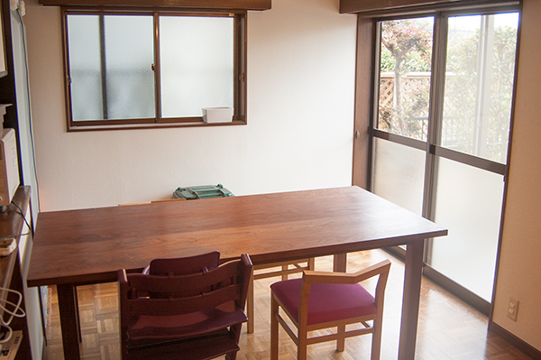 ピコチェアと合わせてご納品した無垢テーブルの様子です