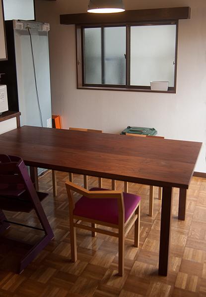 アメリカンブラックウォールナット材の無垢オーダーテーブル、ご納品の様子です