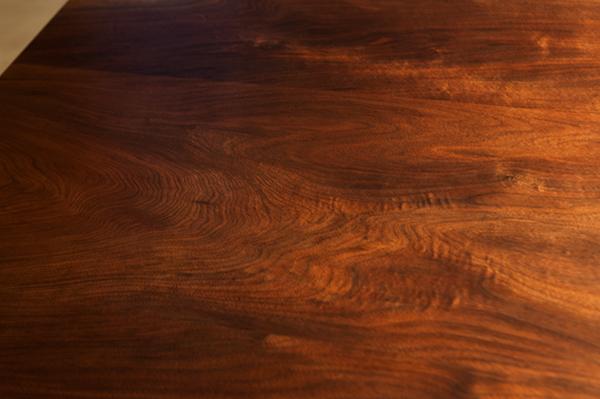 細かな輝きを放つウォールナット天板木目のアップ