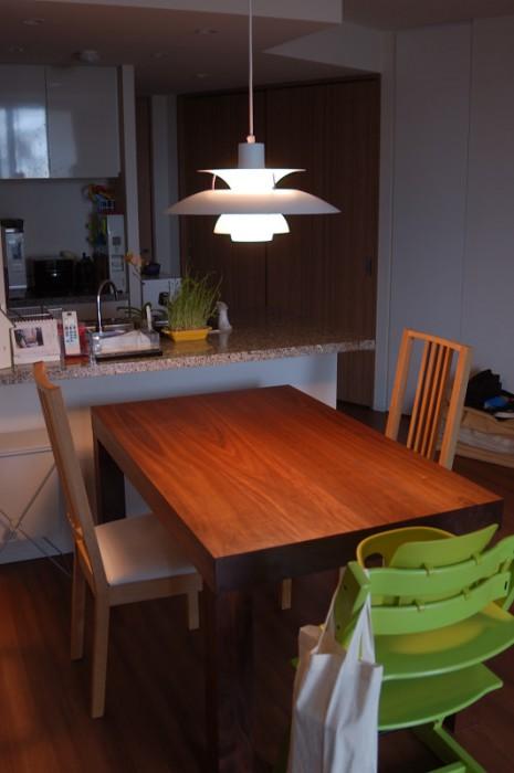 アメリカンブラックウォールナット材の色合いが生きた、アッツテーブル