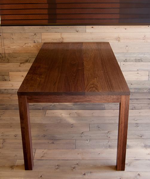 木口側から見たスタンダードテーブルの様子です
