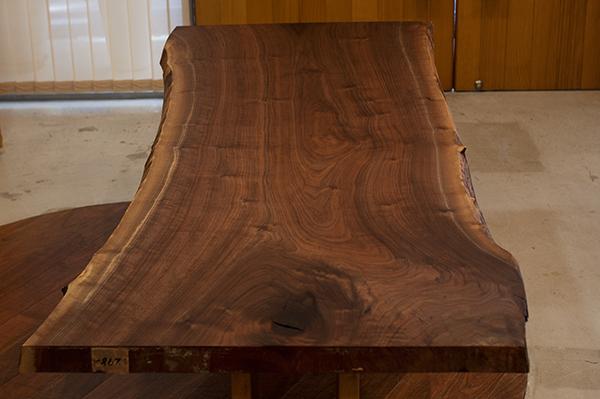 生命力あふれる木目が魅力的なアメリカンブラックウォールナット天板の画像です
