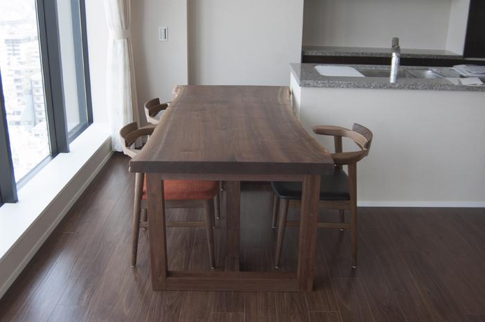 オーダー家具の納品|ブラックウォールナットの一枚板ダイニングテーブルセット