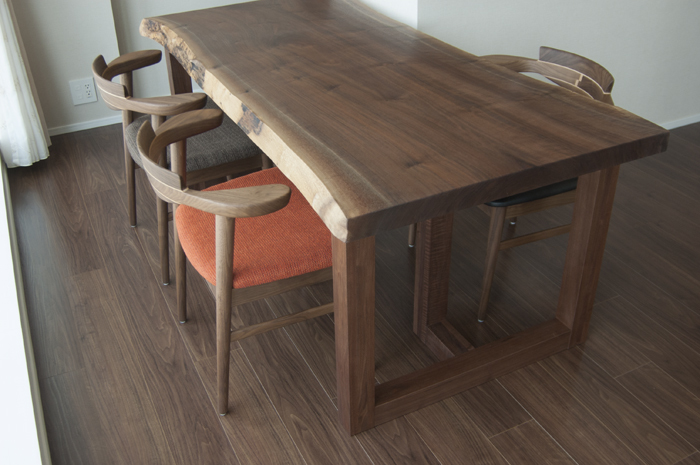 先にご納品させていただいたウォールナット一枚板天板テーブル、ご納品の記事へ